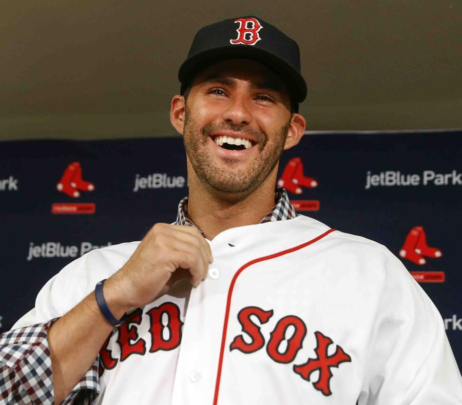 J.D. Martinez sonríe mientras viste su nuevo uniforme de las Medias Rojas de Boston. (AP) (semisquare-x3)