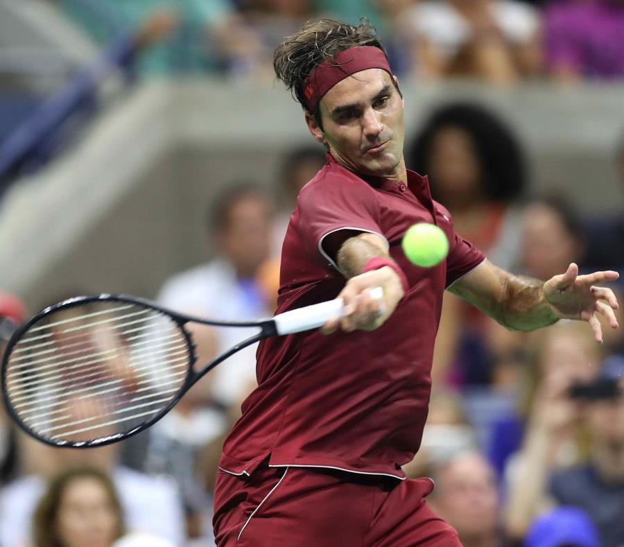 Roger Federer, de Suiza, devuelve una bola a Yoshihito Nishioka, de Japón. (EFE) (semisquare-x3)