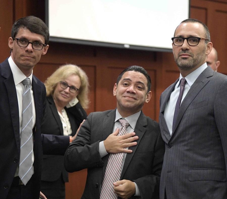 Clemente Javier Aguirre lleva su mano derecha al corazón al ser exonerado. El hondureño fue condenado a la pena de muerte por un doble asesinato que no cometió. (EFE / Phelan Ebanhack / Innocence Project) (semisquare-x3)