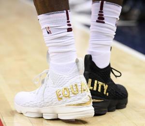 LeBron James da victoria a los Cavs con zapatos especiales