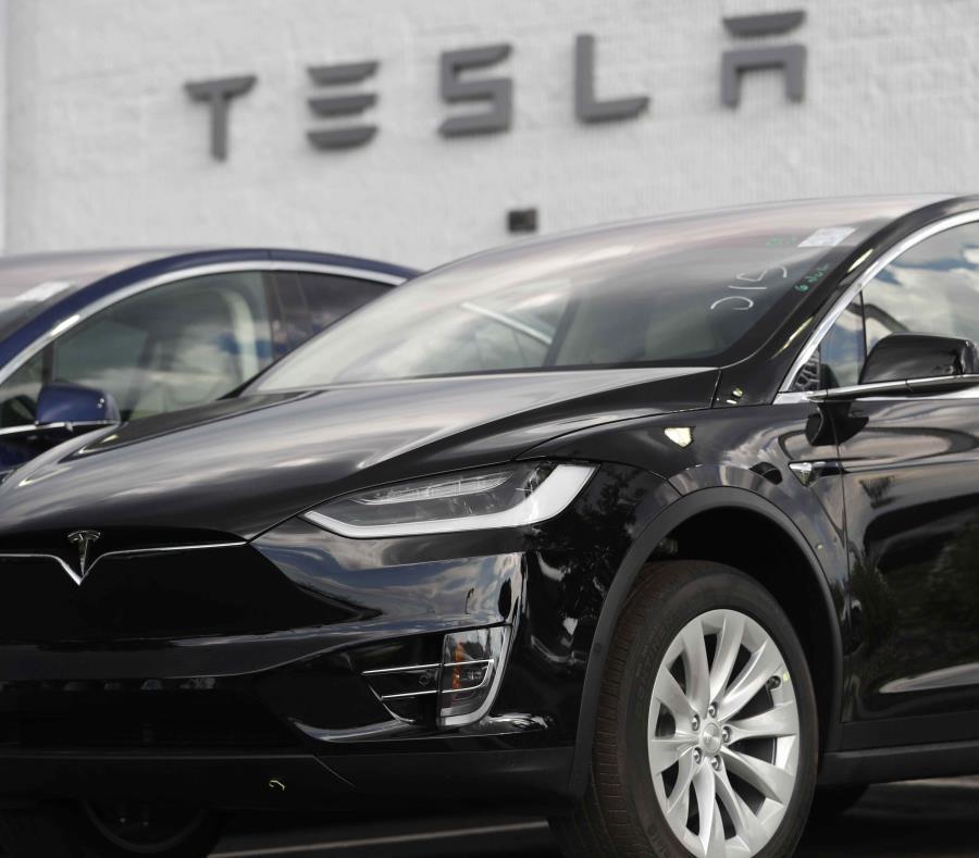 Un Tesla Model X 2018 en una agencia de Tesla en Littleton, Colorado. (semisquare-x3)