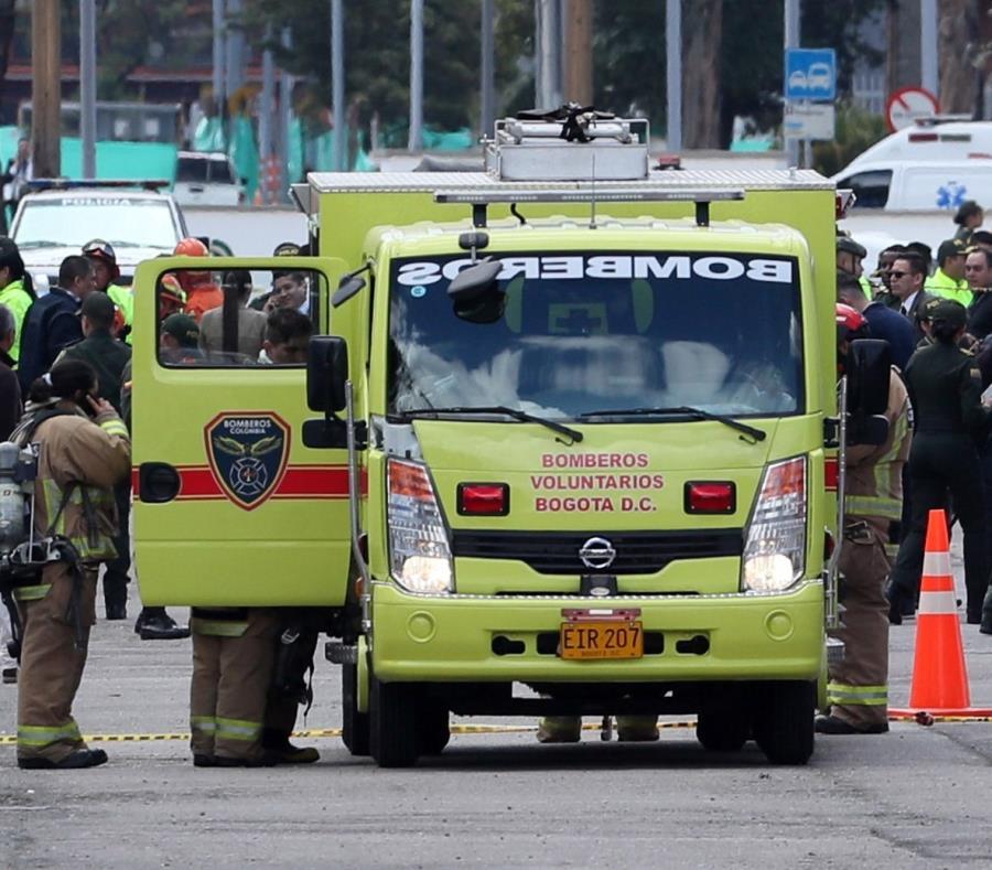 Bomberos Voluntarios de Bogotá trabajan en el lugar donde un carro bomba causó una explosión en la Escuela General Santander de la Policía en Bogotá (semisquare-x3)
