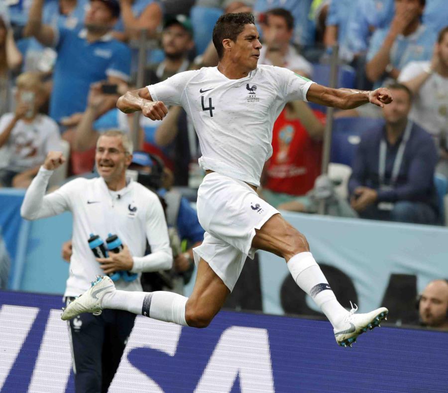 Raphael Varane, de la selección de FRancia, salta para festejar su gol ante Uruguay en un encuentro de cuartos de final. (AP) (semisquare-x3)