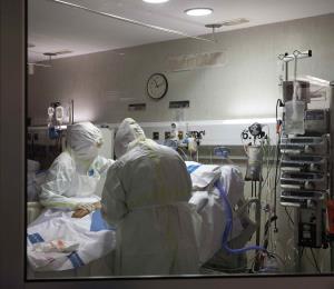 Hospitales de España llegan al límite por alza en los casos de COVID-19