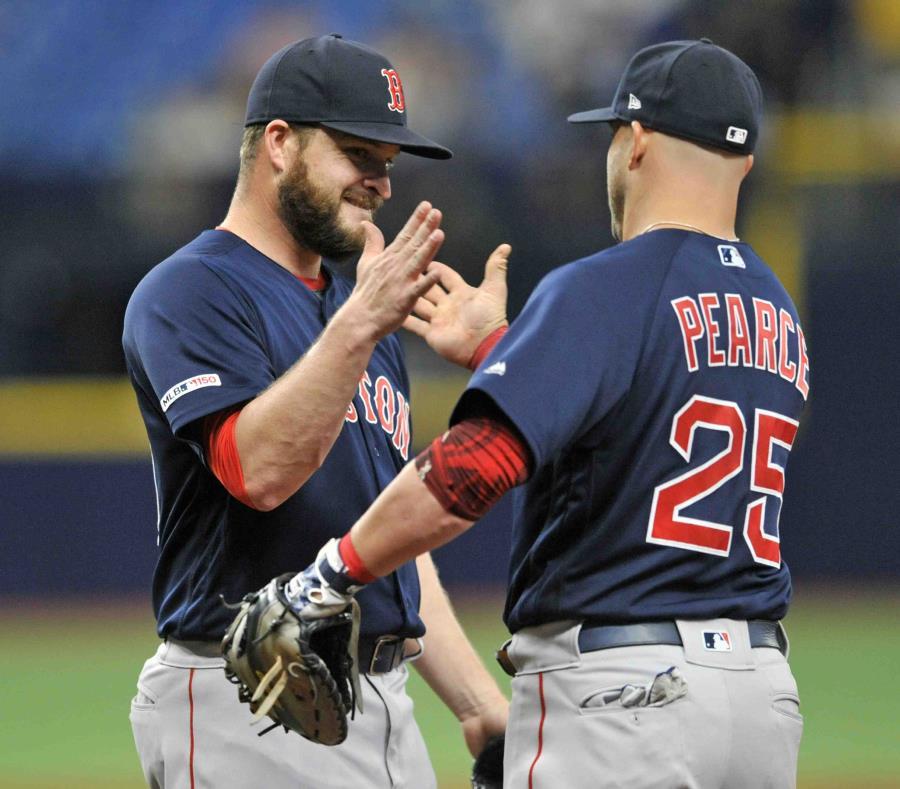 Ryan Brasier (izquierda), cerrador de los Medias Rojas de Boston, festeja con el primera base Steve Pearce, tras derrotar 4-3 a los Rays de Tampa Bay. (AP/Steve Nesius) (semisquare-x3)