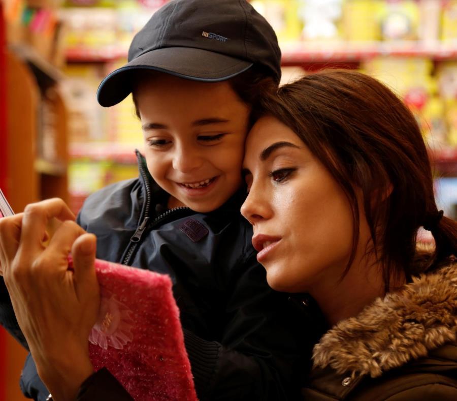 """La actriz, Cansu Dere y la pequeña Beren Gokyildiz protagfonizan la serie turca """"Madre"""", que transmite Wapa TV. (Suministrada) (semisquare-x3)"""