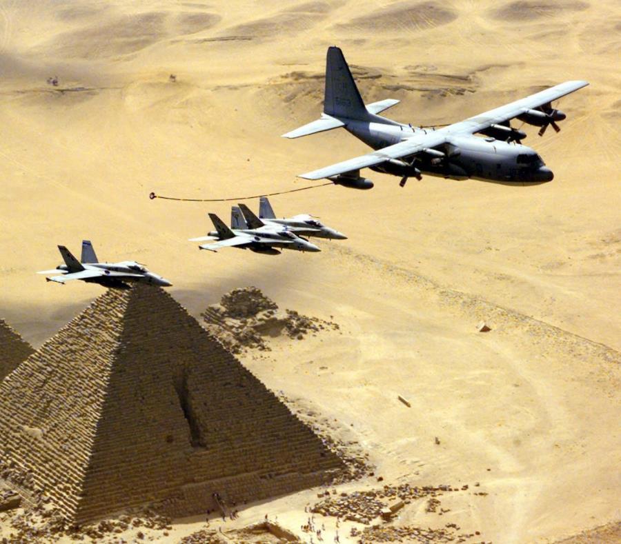 El avión de abastecimiento de combustible aéreo KC-130 de Lockheed Martin (extrema derecha)  es una variación del avión de carga C-130. (AP / Jim Varhegyi) (semisquare-x3)