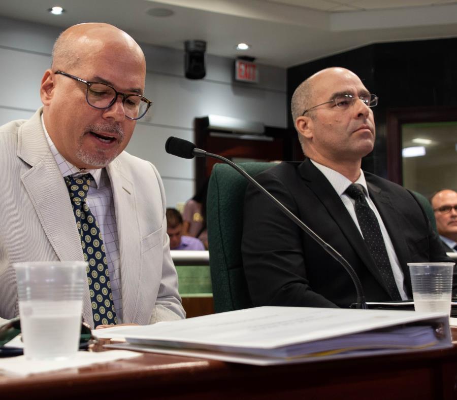 De izquierda a derecha, Pedro de Jesús Román, asesor legal del DTOP, y Luis Alberto Sanchez, Vicepresidente de Operaciones de Peaje de la compañía Gila, LLC. (Especial GFR Media / Gabriella Báez) (semisquare-x3)