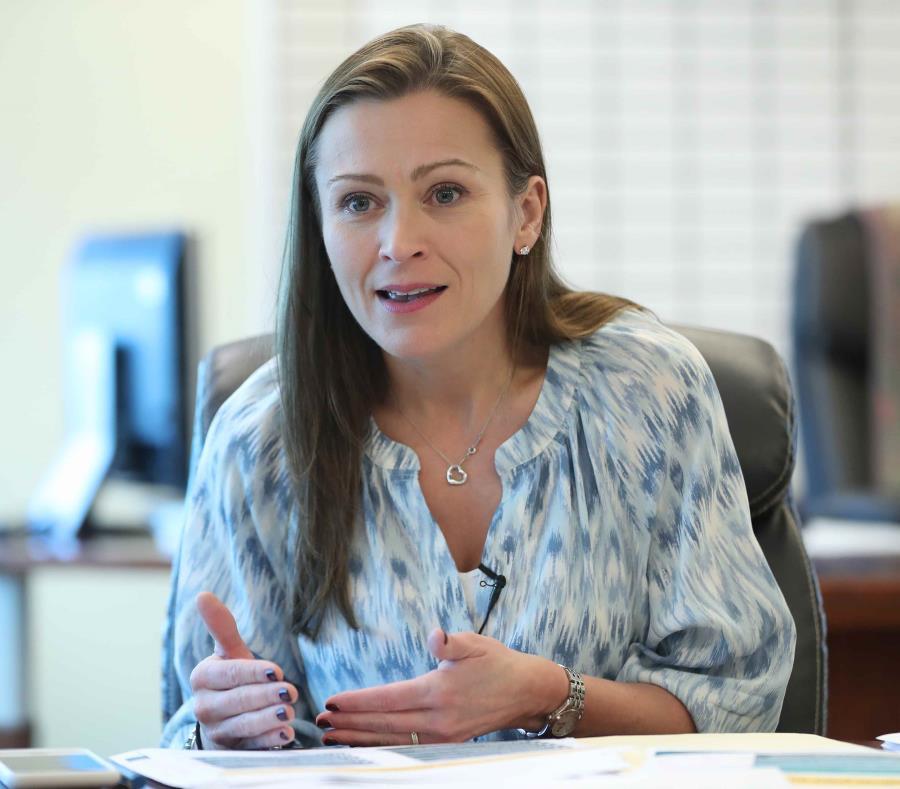 Julia Keleher indicó que los empleados no tendrán que trasladar los materiales de una escuela consolidada hacia la receptora. (semisquare-x3)