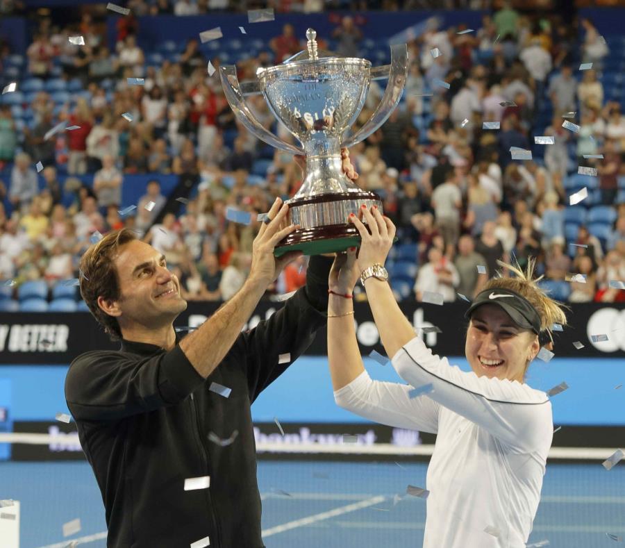Los suizos Roger Federer y Belinda Bencic sostienen el trofeo de la Copa Hopman. (semisquare-x3)