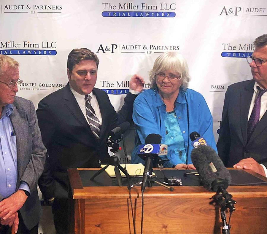 Desde la izquierda, Alva Pilliod, el abogado Brent Wisner, Alberta Pilliod y el abogado Michael Miler durante una conferencia de prensa. (AP) (semisquare-x3)