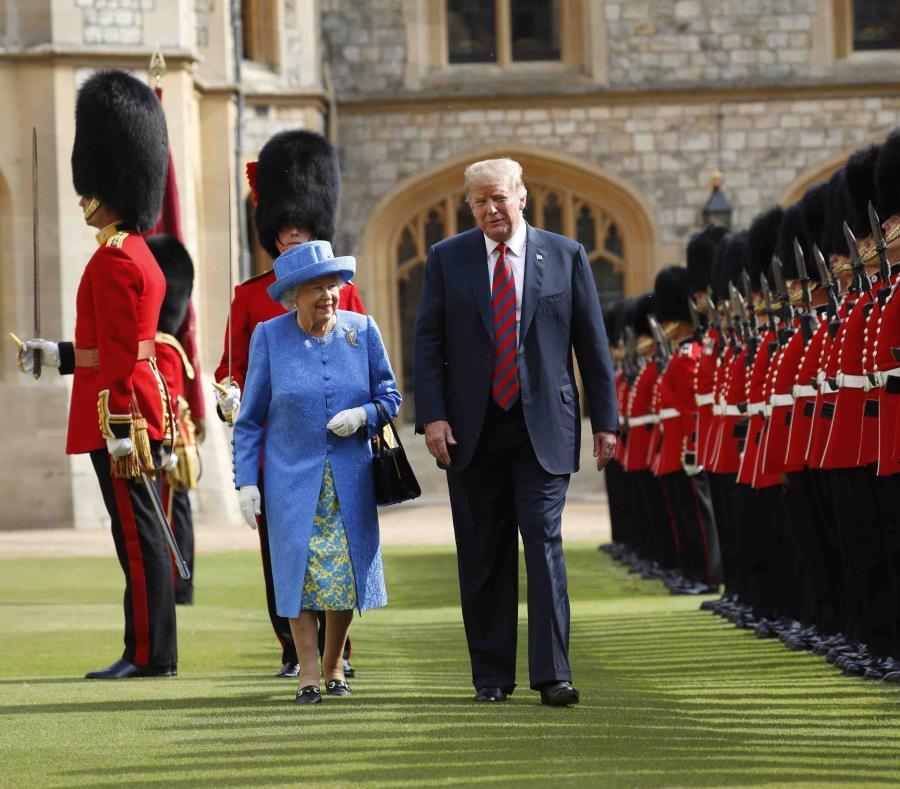 Esta foto de archivo del viernes 13 de julio del 2018 muestra al presidente de Estados Unidos Donald Trump junto a la reina Isabel II en el Castillo de Windsor en Windsor, Inglaterra. (AP/Pablo Martínez Monsivais) (semisquare-x3)