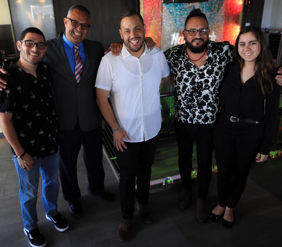 Desde la izquierda: Yariel Hernández,  Juan Troche, Galdy Santiago, Edgardo Figueroa y Daniela González, quienes presentaron  el tráiler del primer docu-musical que integra a sordos y a oyentes, a través de la música. (semisquare-x3)