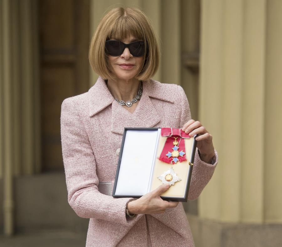 La editora británica llegó al palacio con sus clásicas gafas para sol, pero se las retiró antes de entrar al salón de actos. (semisquare-x3)