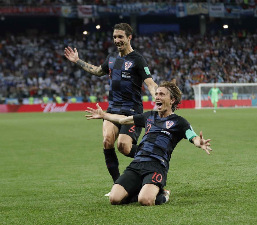 Messi persigue el balón junto a Marcelo Brozovic, de Croacia. (AP) (semisquare-x3)