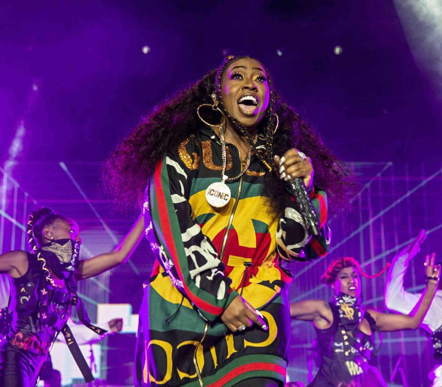 Missy Elliott durante una presentación en el Festival Essence 2018. (semisquare-x3)