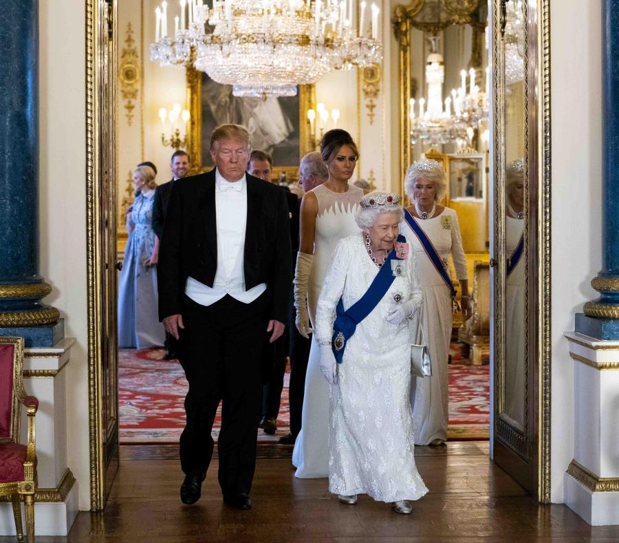 """Desde Londres, donde realiza una visita oficial, Donald Trump tuiteó que """"la Cámara de Representantes acaba de aprobar un proyecto con $19,100 millones en asistencia por desastres"""". (AP / Doug Mills) (semisquare-x3)"""