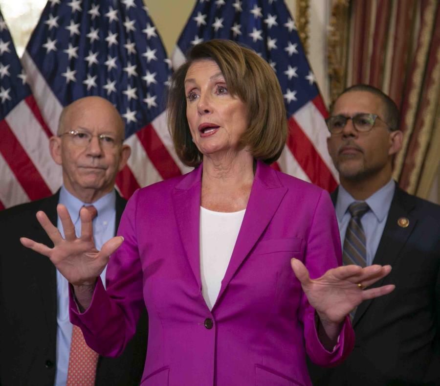 La presidenta de la Cámara Baja del Congreso Nancy Pelosi, demócrata por California, habla con reporteros tras firmar una propuesta de ley de la cámara baja que pide que todos los empleados del gobierno reciban pagos retroactivos una vez que termine el ci (semisquare-x3)