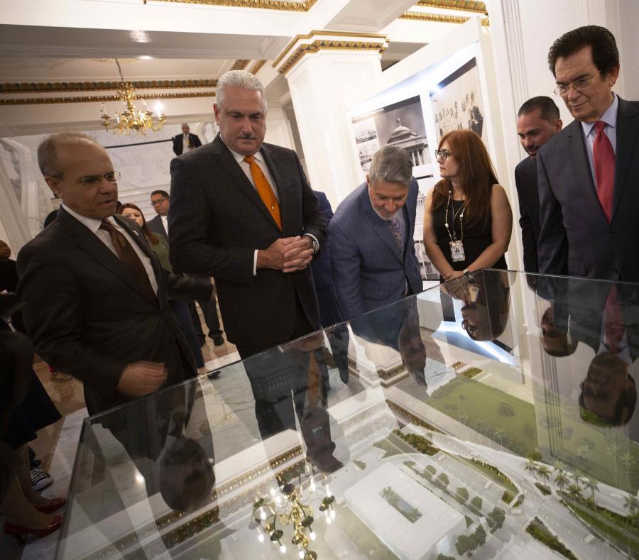 El presidente del Senado Thomas Rivera Schatz (segund de izq. a der.) dijo que el año pasado más de 60,000 personas visitaron El Capitolio. (semisquare-x3)
