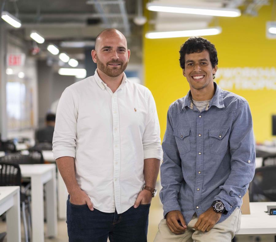 Carlos Goyco (derecha) y Gerardo Enríquez posan para el lente de El Nuevo Día. (semisquare-x3)