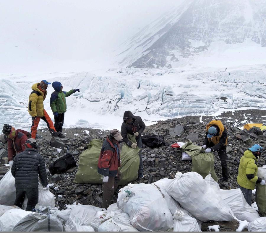 Un grupo de personas recoge basura en la ladera norte del Monte Qomolangma (el nombre en tibetano para el Everest), en la región autónoma china de Tibet. (AP) (semisquare-x3)