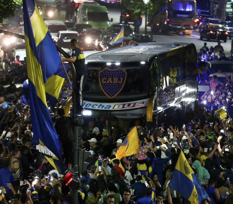 El bus que transporta a los jugadores del Boca Juniors es recibido por aficionados que se reúnen para despedir al equipo en el denominado