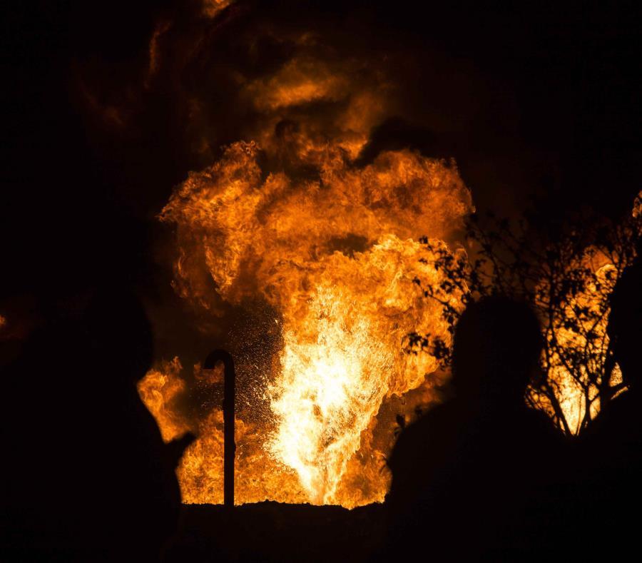 Personal de Petróleos Mexicanos (PEMEX) y del Ejército Mexicano, atienden el incendio de una toma de combustible clandestina registrada en julio de 2017. (Agencia EFE) (semisquare-x3)