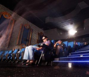 Un hombre muere al quedarse atrapada su cabeza en la butaca de un cine