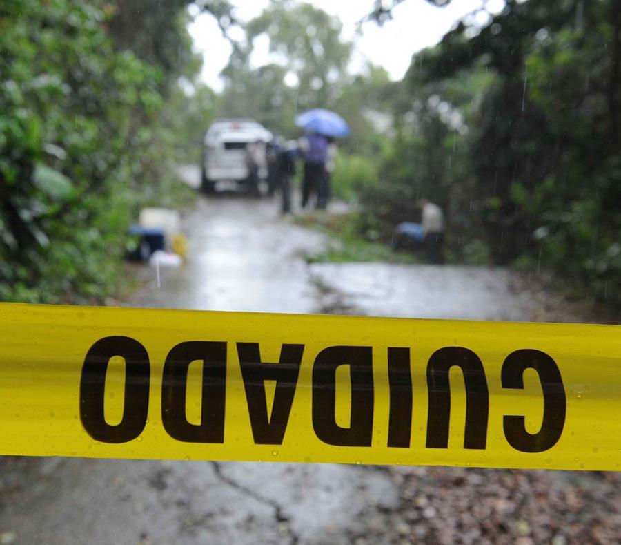 Las autoridades encontraron en un cuerpo de agua aledaño a la vía, un vehículo Lexus NX200T parcialmente sumergido en el mismo y en su interior el cuerpo de una mujer sin vida.  (GFR  Media) (semisquare-x3)