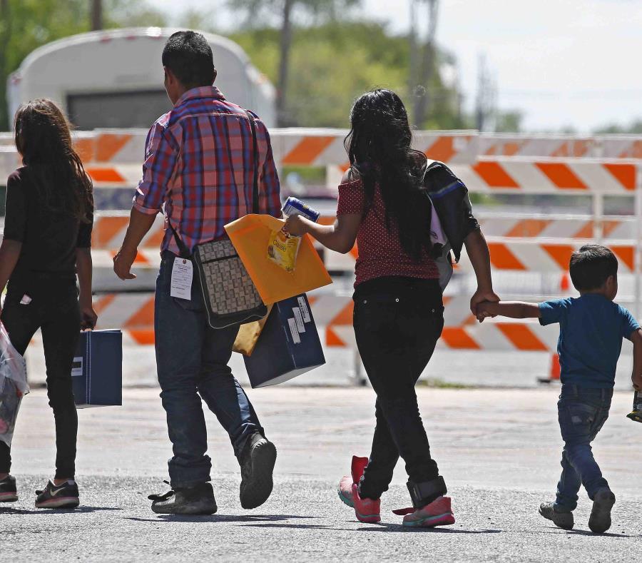 El seguro se expandiría a inmigrantes con residencia permanente menor a cinco años que no puedan comprar seguros privados de salud. (EFE/Larry W. Smith) (semisquare-x3)