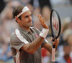 Roger Federer regresa al Abierto de Francia y obtiene fácil victoria