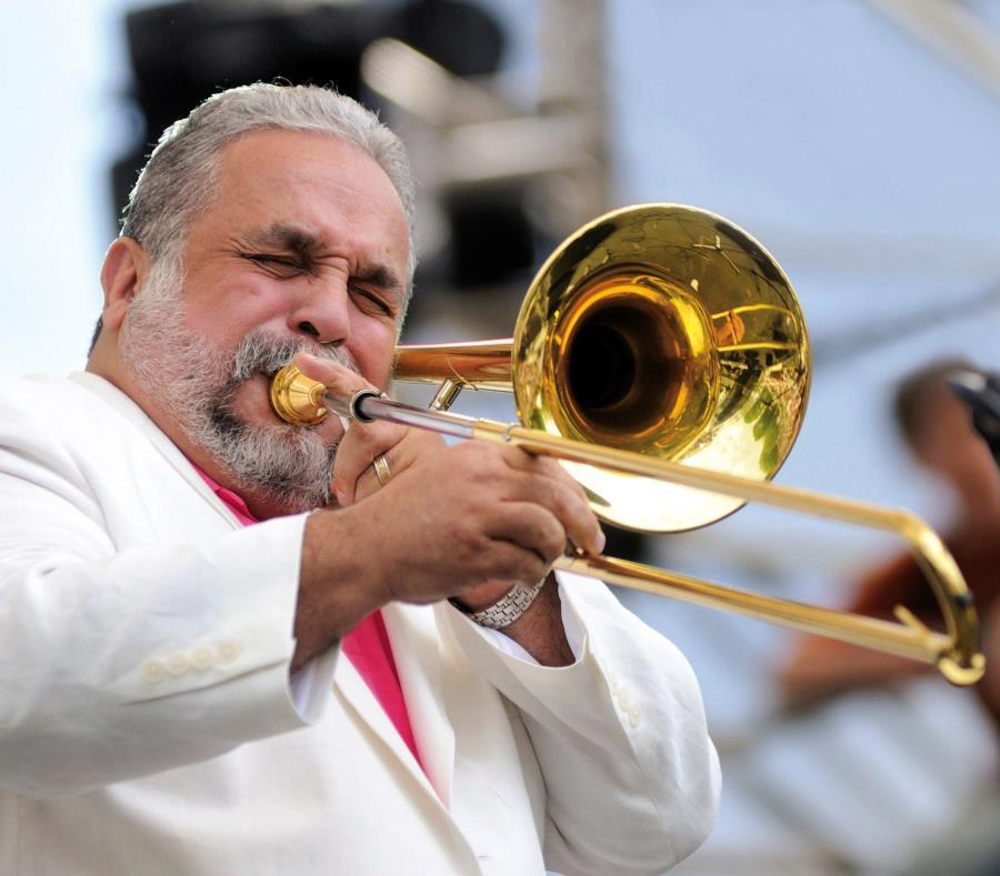 Fotografía sin fechar cedida este sábado por la colección del músico y cantante puertoriqueño Willie Colón, a quien se le ve tocando un trombón durante un concierto. (EFE) (semisquare-x3)