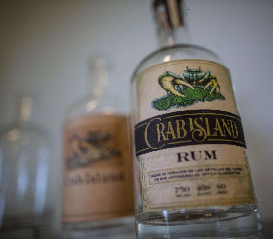 Crab Island Rum es el nombre con el que se mercadea el ron viequense. (semisquare-x3)