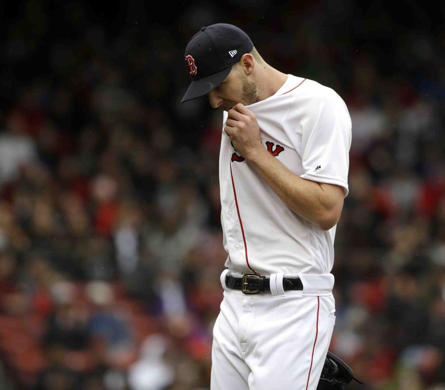 Chris Sale, de los Red Sox de Boston, se seca el sudor del rostro durante el cuarto inning del encuentro ante los Rays de Tampa Bay.  (AP/Steven Senne) (semisquare-x3)