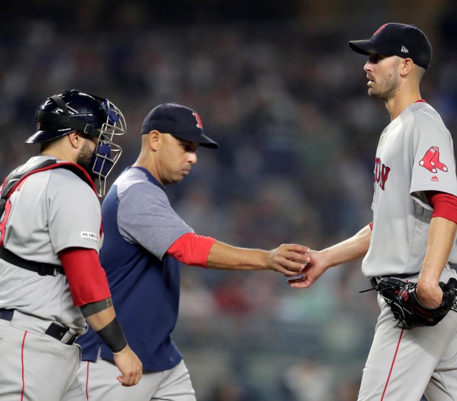 Alex Cora -al centro- reconoce que tanto los Yankees de Nueva York como Tampa y Houston están luciendo superior a sus Red Sox en lo que va de temporada. (AP) (semisquare-x3)