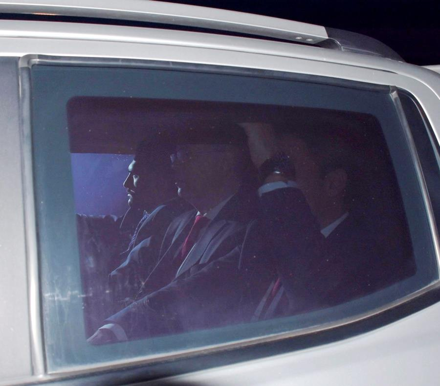 El pastor protestante estadounidense Andrew Brunson, acusado en Turquía de terrorismo y espionaje, entra a la prisión de Aliaga en un coche policial, en Izmir, Turquía. (EFE) (semisquare-x3)