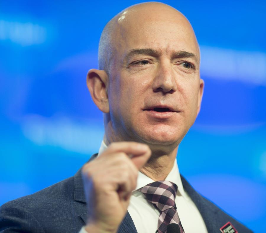 Jeff Bezos es considerado el hombre más rico del mundo por la revista Forbes. (semisquare-x3)