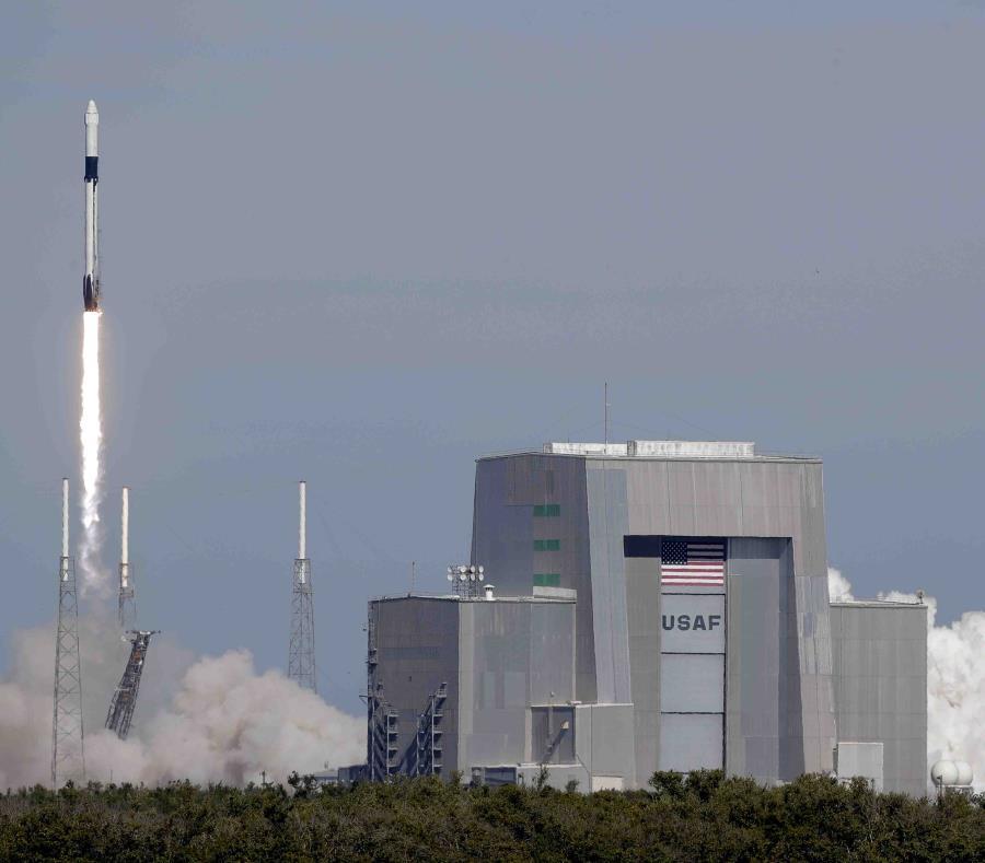 Un cohete Falcon 9 de SpaceX despega para entregar provisiones a la Estación Espacial Internacional desde el complejo 40 en la estación de la Fuerza Aérea en Cabo Cañaveral, Florida, el miércoles 5 de diciembre de 2018. (semisquare-x3)