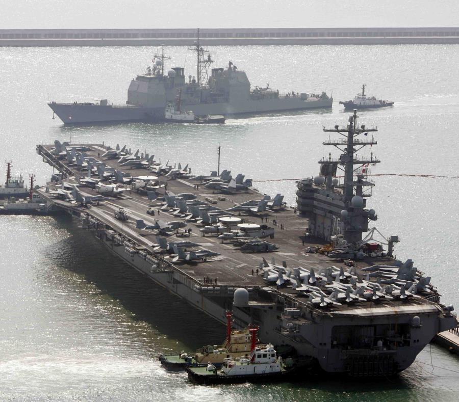 Fotografía de archivo del 22 de marzo de 2007 del portaviones de Estados Unidos Ronald Reagan (abajo), junto al buque militar estadounidense Aegis mientras llegan al puerto de Busan, Corea del Sur, luego de ejercicios militares (semisquare-x3)