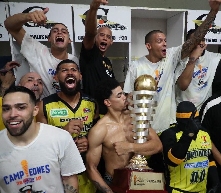 Los Capitanes celebran el campeonato en su camerino. (semisquare-x3)