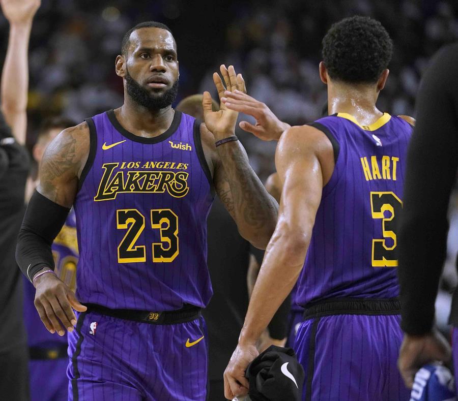 LeBron James, alero de los Lakers de Los Ángeles, festeja una jugada con Josh Hart. (semisquare-x3)