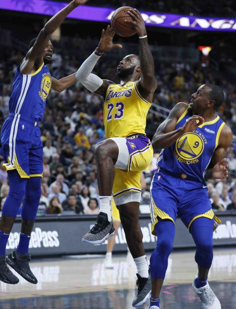 Kevin Durant defiende a LeBron James en un partido de la pretemporada. (AP / Archivo) (vertical-x1)