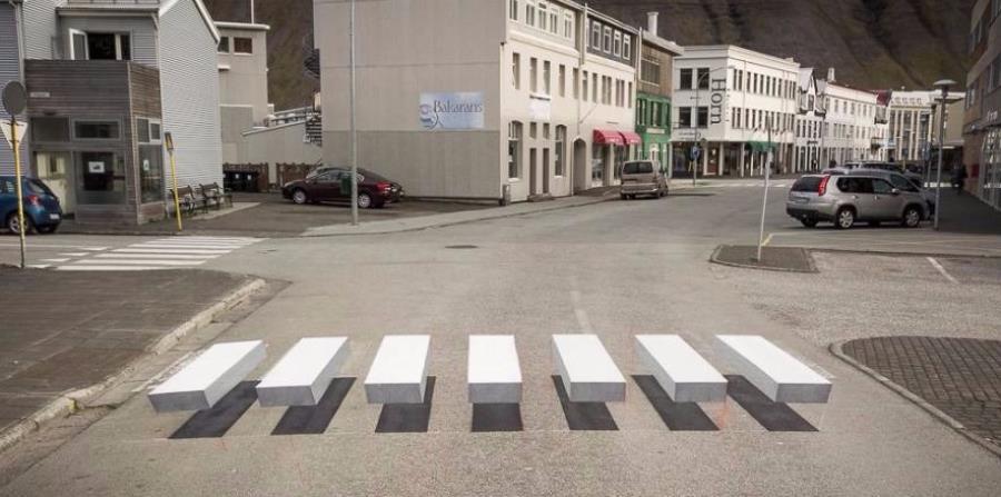 El cruce está pintado de forma que parece que flota sobre la calle. (horizontal-x3)
