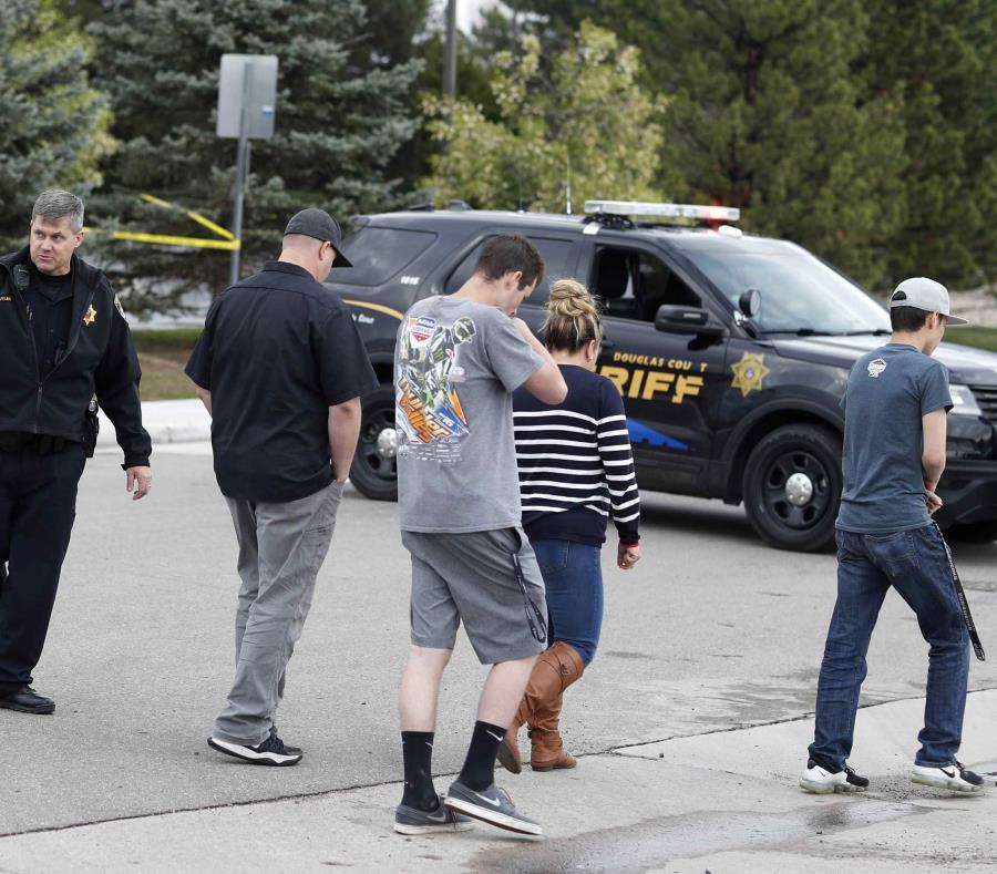 En la foto varios de los presentes en la escuela durante el incidente regresan a sus vehículos (semisquare-x3)