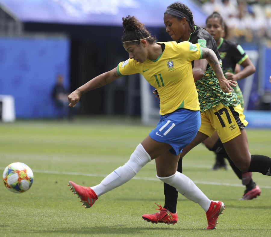 Cristiane (izquierda) deja a las futbolistas jamaiquinas atrás. (AP) (semisquare-x3)