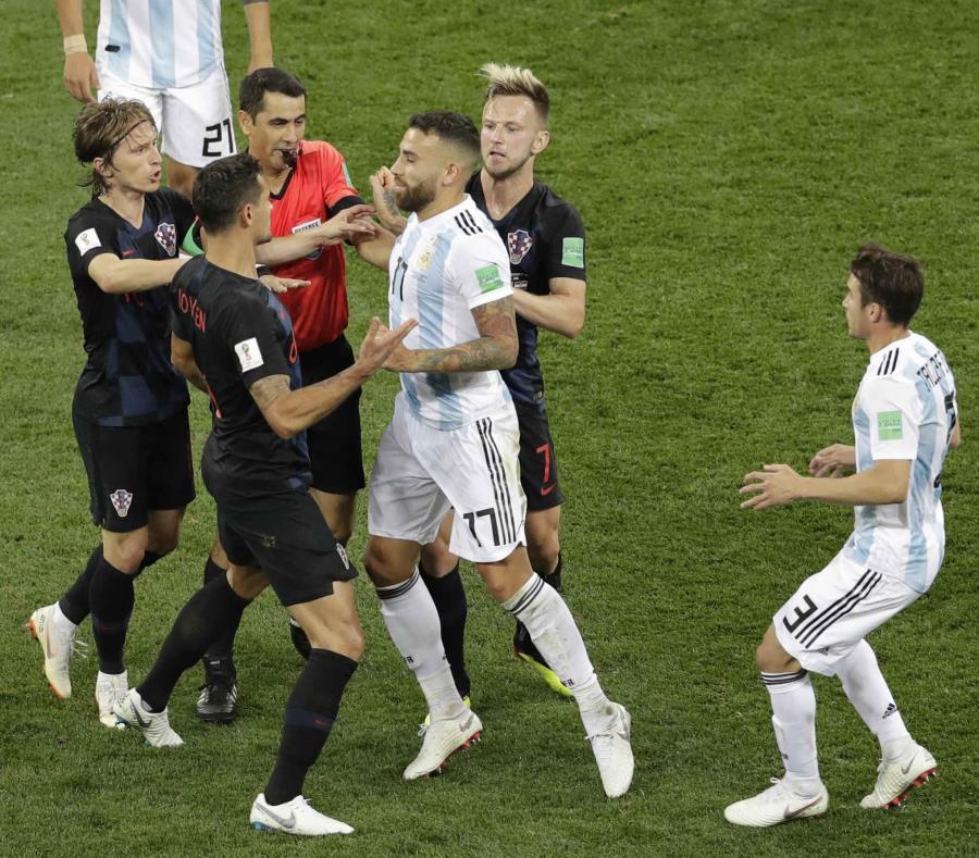 El argentino Nicolas Otamendi (17) discute con el croata Dejan Lovren (6) durante el partido del grupo D entre Argentina y Croacia. (AP) (semisquare-x3)