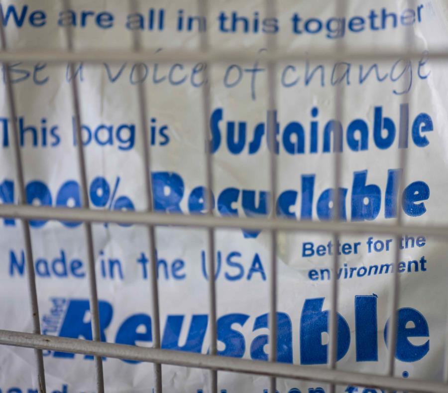 La Ley 247 prohíbe a los comercios despachar los artículos en bolsas de plástico (semisquare-x3)