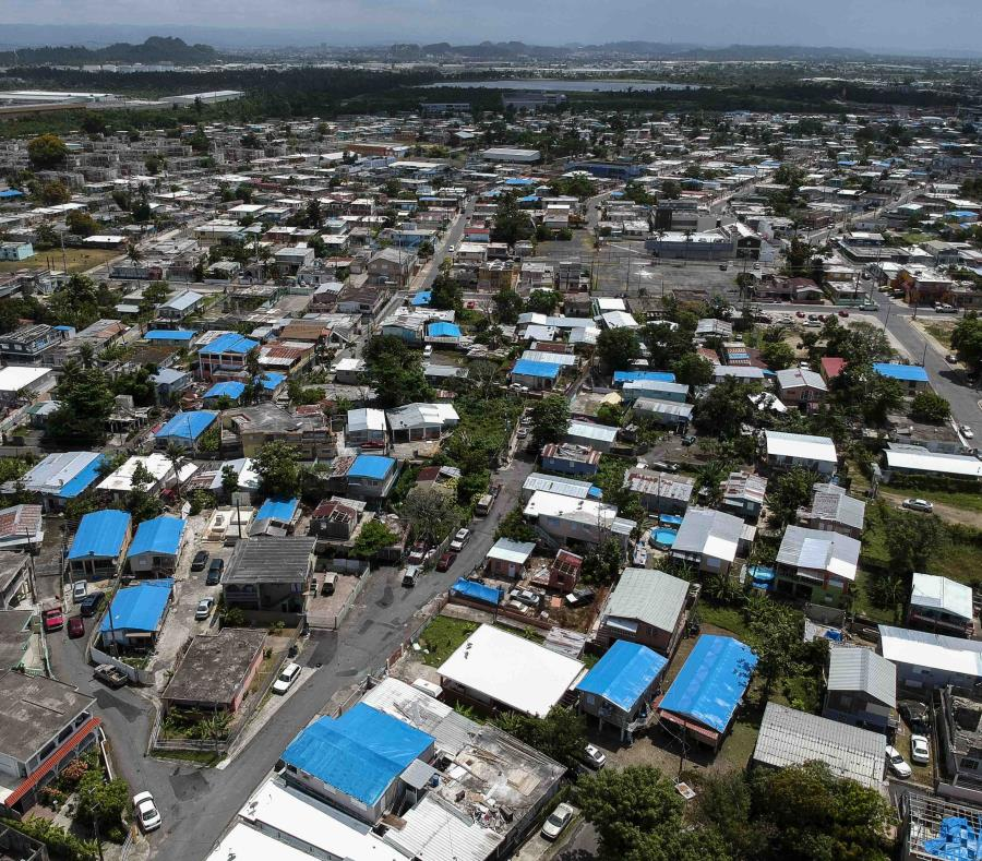 El gobierno local calcula que cerca de 30,000 hogares aún dependen de toldos azules. (AP) (semisquare-x3)