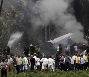 Sobrevivientes de avión accidentado pelean contra la muerte
