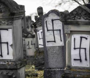 Profanan un cementerio judío en Francia con esvásticas